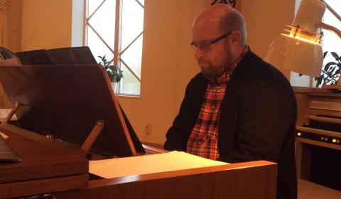 Andreas Hjalmarsson på klaviatur